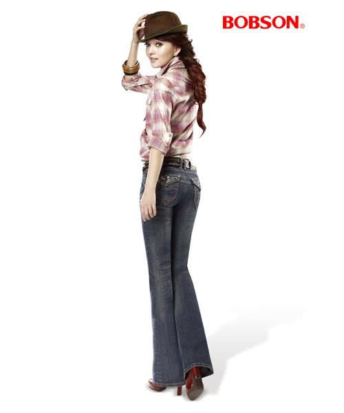 【BOBSON】女款雪俏花朵鑽飾小喇叭褲(藍53)
