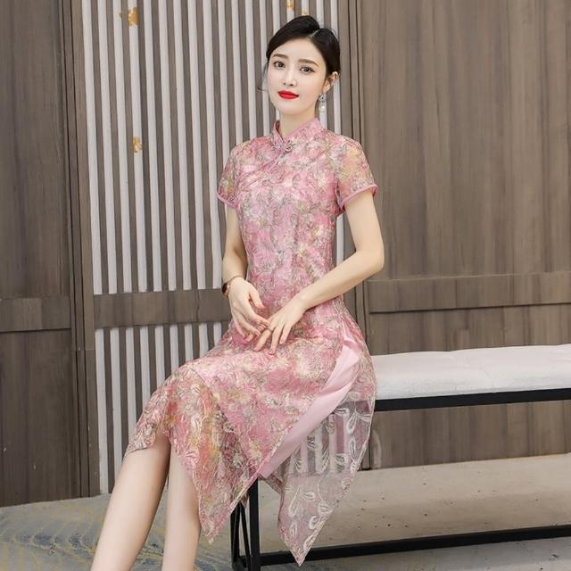 【REKO】粉色刺繡網紗碎花改良旗袍洋裝M-4XL