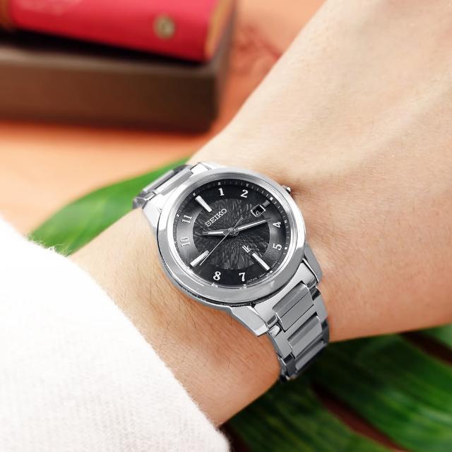 【SEIKO 精工】LUKIA 太陽能 電波錶 日期 鈦金屬手錶 黑色 28mm(1B35-0AN0D.SSQV081J)