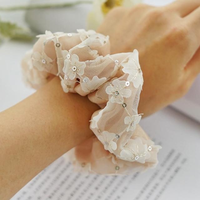 【UNICO】韓國同步流行奶茶色系小雛菊刺繡大腸圈/髮圈(髮飾/配件/奶茶色/小雛菊刺繡)