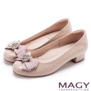【MAGY】甜美新風貌 真皮造型鑽飾蝴蝶結粗低跟鞋(粉裸)