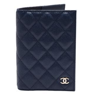 【CHANEL 香奈兒】經典金色雙C LOGO菱格粒紋小牛皮護照夾(墨藍色AP0218C-INK BLUE-GP)