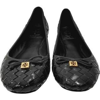 【TORY BURCH】12138027 金色簍空LOGO蝴蝶結編織漆皮平底娃娃鞋(黑色)