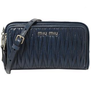 【MIU MIU】浮雕LOGO抓皺斜背雙層晚宴包/相機包(藍)